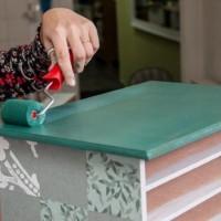 Restaurando móveis: descubra como pintar móveis de madeira.