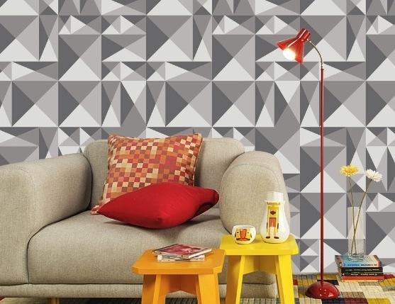 papel de parede com estampa geométrica em cinza e almofadas coloridas