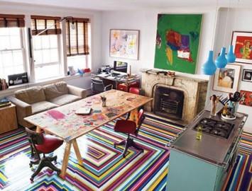 adesivo de chão listrado colorido em loft