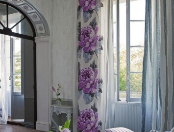 cortina florida e listrada na sala