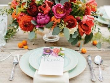 mesa de noivado com decoração floral colorida e delicada