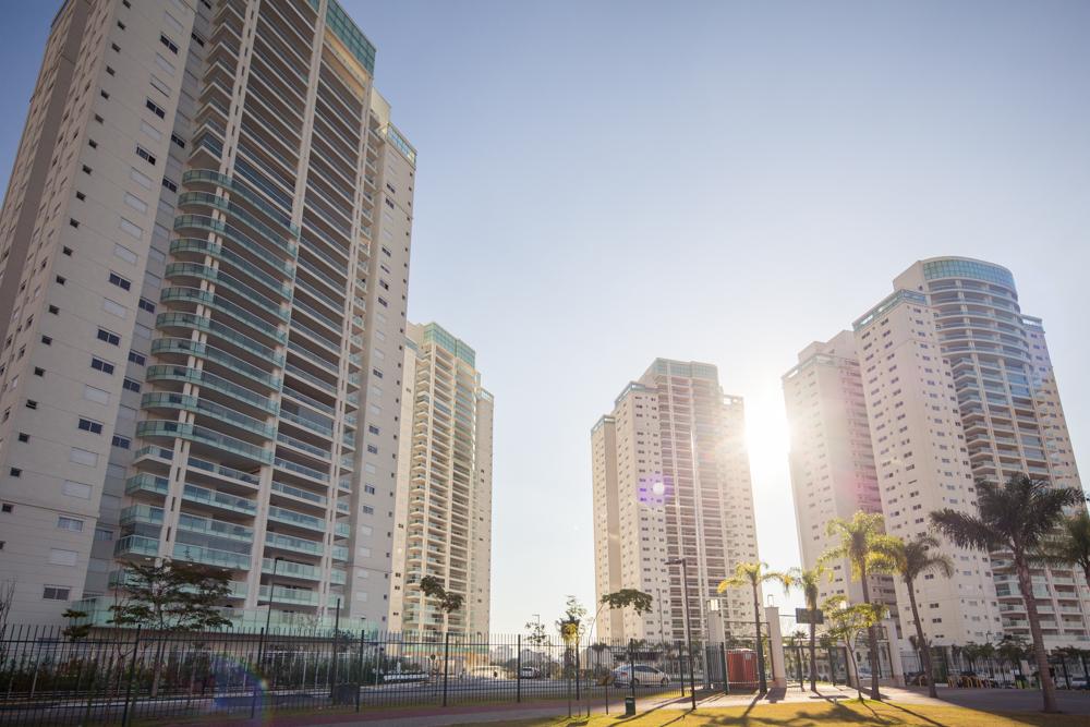 """Foto do bairro Jardim das Perdizes em um dia de sol com o texto """"Bairro planejado: o lugar perfeito para morar"""""""