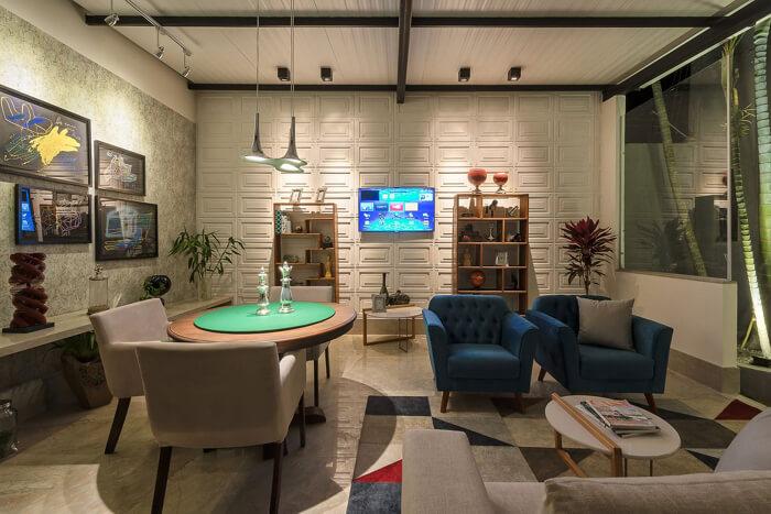 Poltronas coloridas na sala de estar