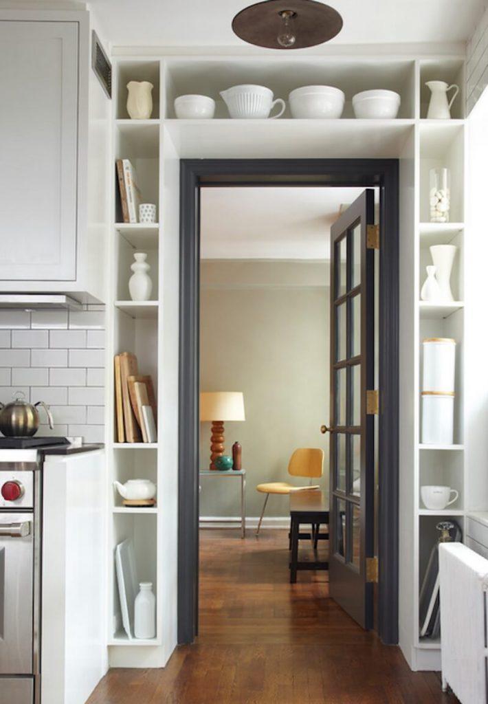 imagem de prateleiras feitas em volta da porta para ganhar espaço