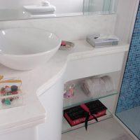 Descubra como deixar banheiros pequenos mais atraentes e organizados