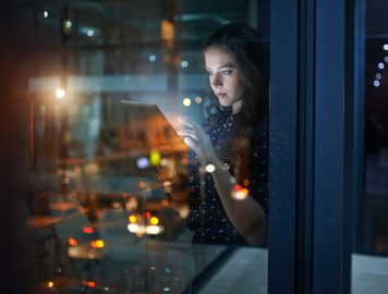 Foto de uma mulher mexendo no tablet