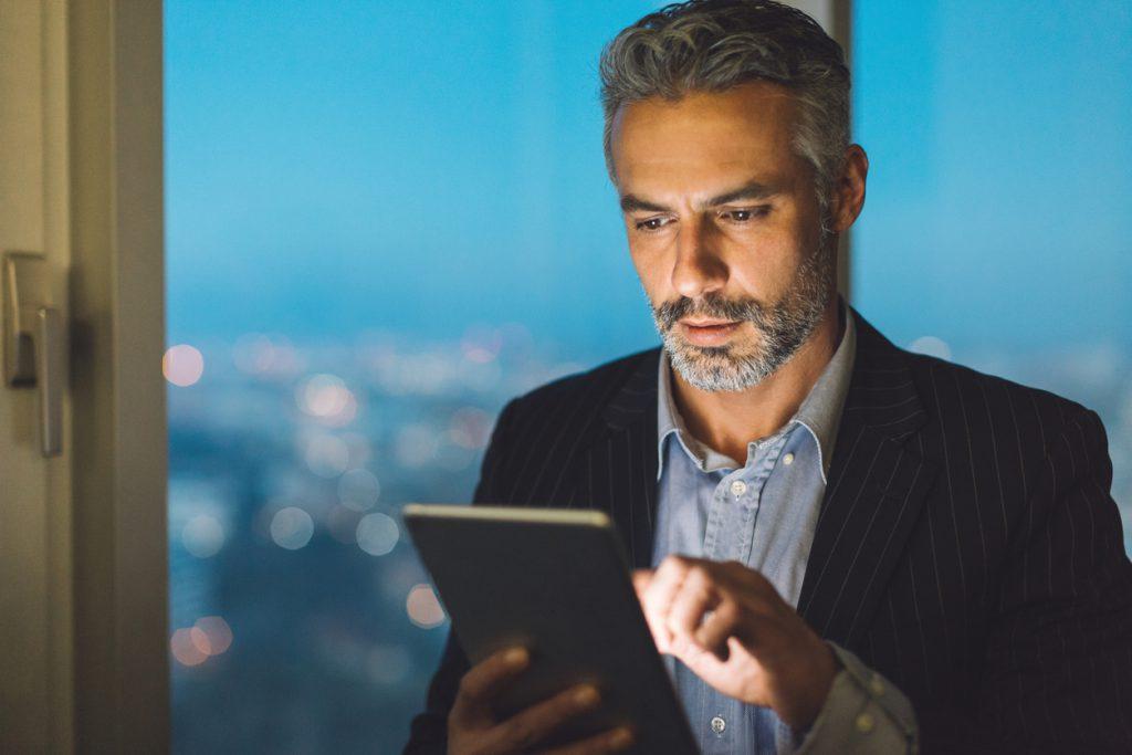 Homem segurando um tablet