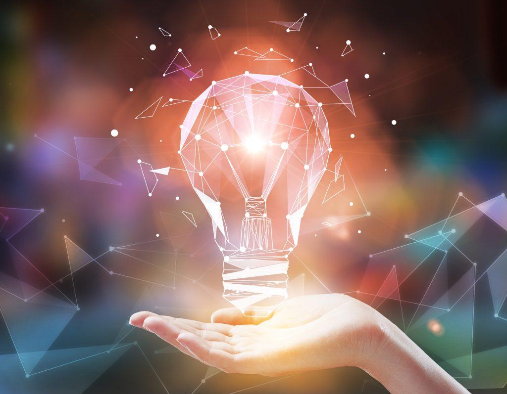imagem de uma mão segurando uma lampada