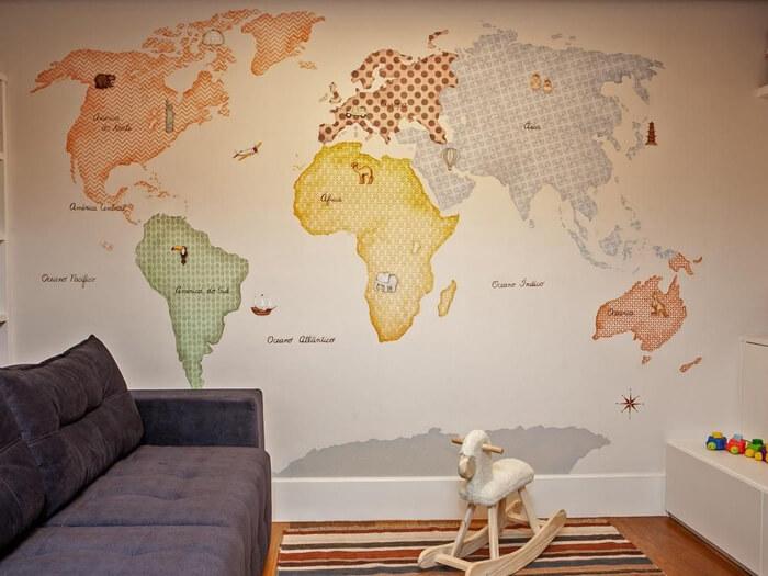 ambiente com revestimento de mapa na parede