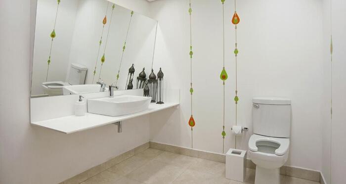 revestimento adesivo de parede em banheiro