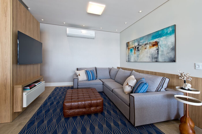 imagem de uma sala compacta com sofá cinza de canto