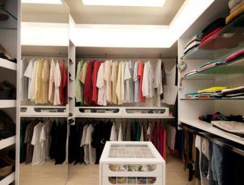 imagem de um closet com roupas femininas e masculinas