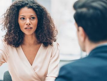 imagem de uma mulher e um homem conversando