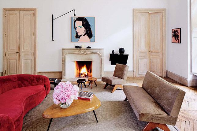 imagem de uma sala com móveis clássicos e lareira