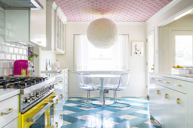 imagem de uma cozinha branca vintage