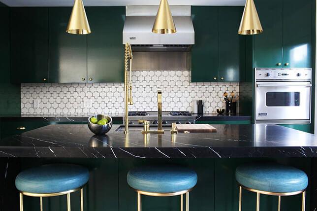 imagem de uma cozinha verde com ilha preta