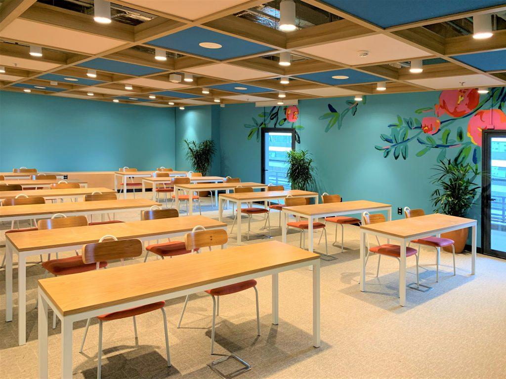imagem de uma sala com varias mesas e cadeiras