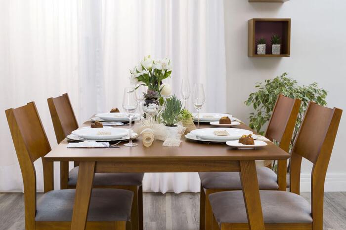 imagem de uma mesa de jantar e cadeiras amadeiradas