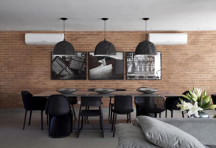 imagem de uma mesa de jantar e vidro e cadeiras modernas pretas