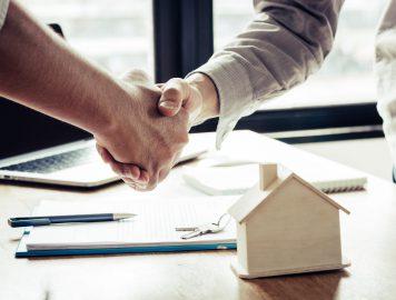 imagem de duas pessoas apertando as mãos e fechando um negócio