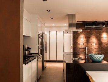 imagem de uma cozinha planejada com acabamento de tijolo à vista