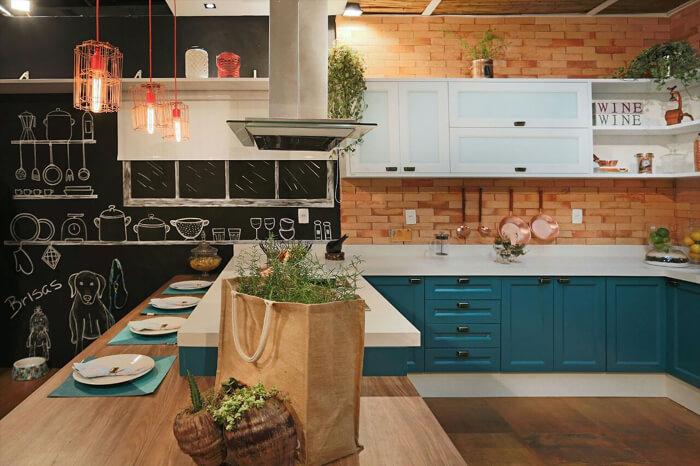 cozinha azul em estilo americano, com uma parede de tijolo à vista ao fundo