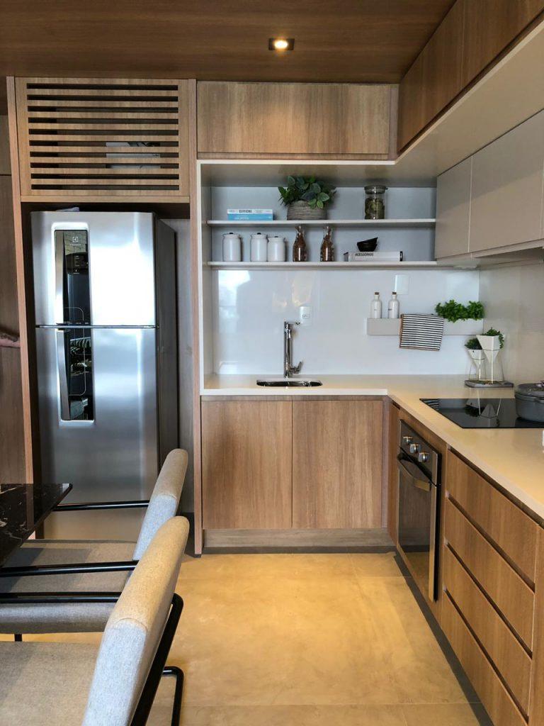imagem de uma cozinha decorada com madeira e pedra branca