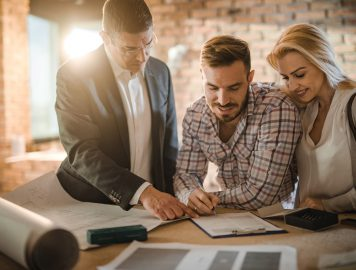 imagem de três pessoas conversando sobre investimentos