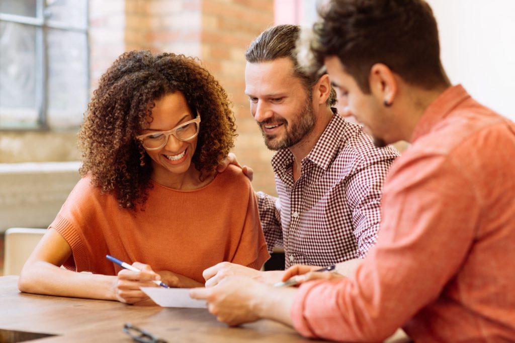 imagem de três pessoas conversando em uma reunião