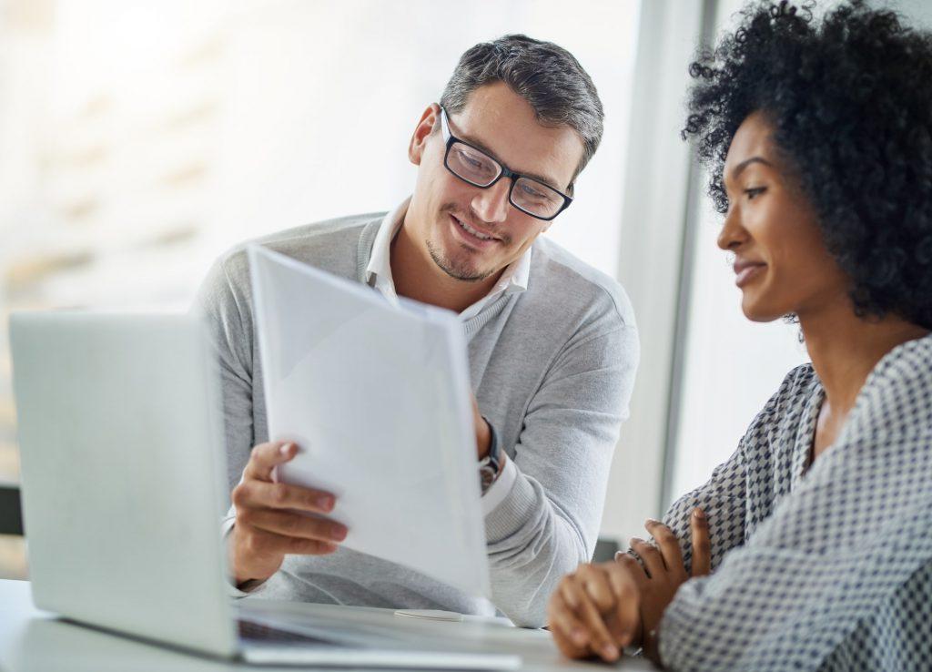 imagem de um homem e uma mulher conversando