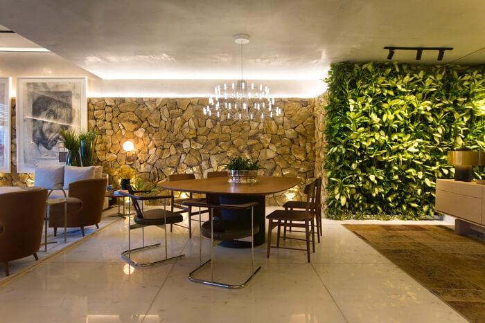 sala de jantar com parede de plantas