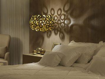 quarto de casal com pendente ao lado da cama