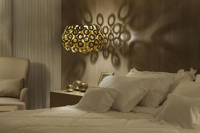 quarto de casal clássico com pendente ao lado da cama