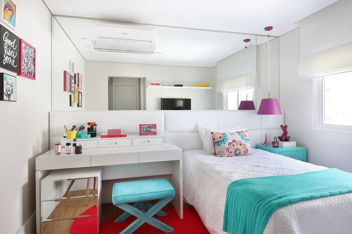 quarto adolescente feminino, com pendente roxo ao lado da cama