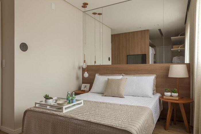 quarto de casal com pendente ao lado cama