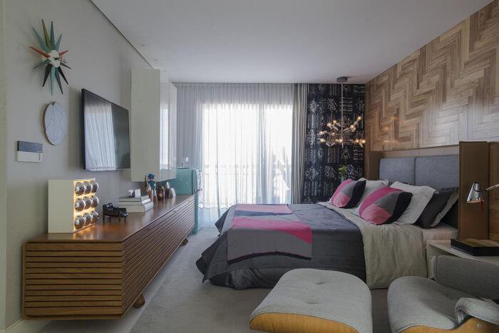 quarto de casal com pendente moderno ao lado da cama