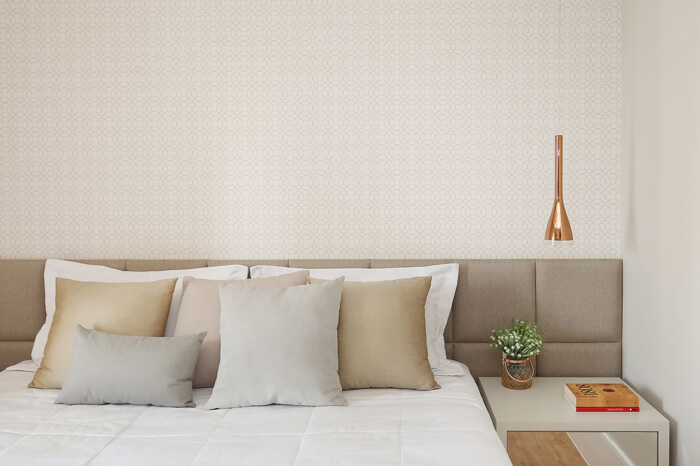 quarto de casal com pendente em cobre ao lado da cama