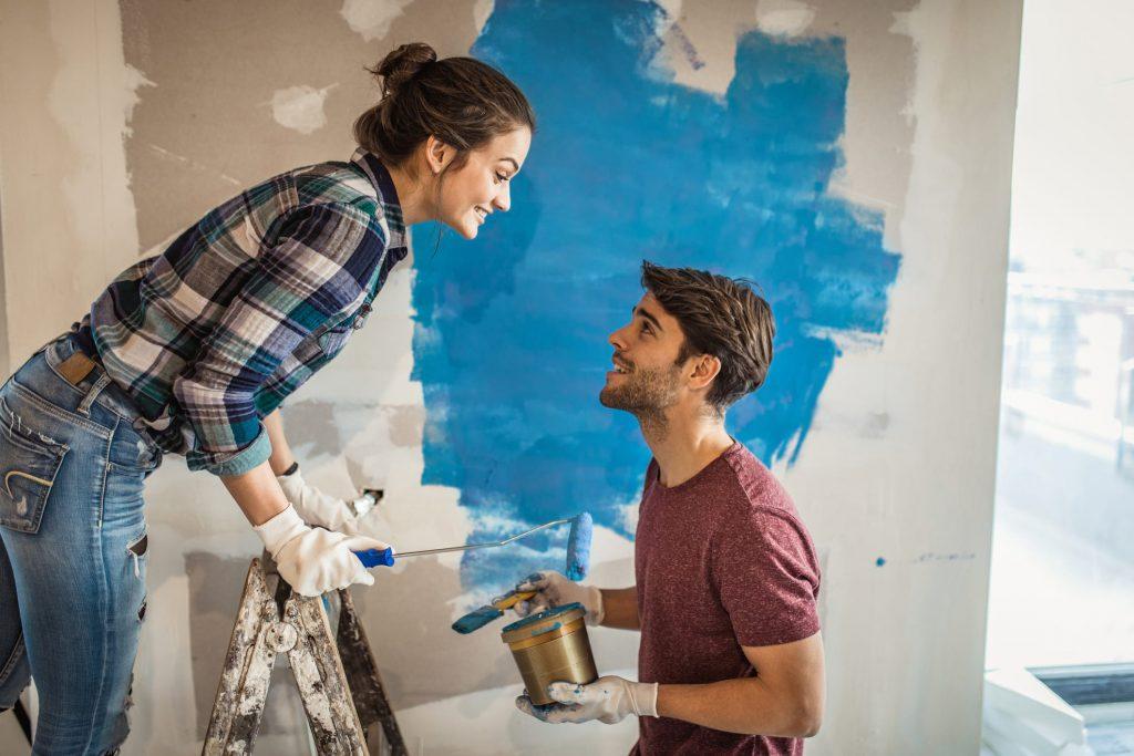 imagem com casal na escada pintando o apartamento