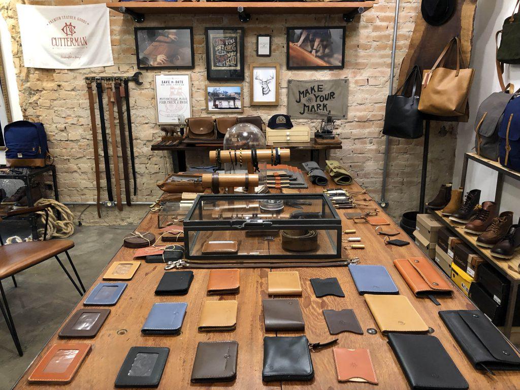 uma mesa de madeira com diversos objetos feitos de couro