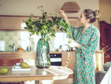 imagem de mulher arrumando vaso de plantas para decoração