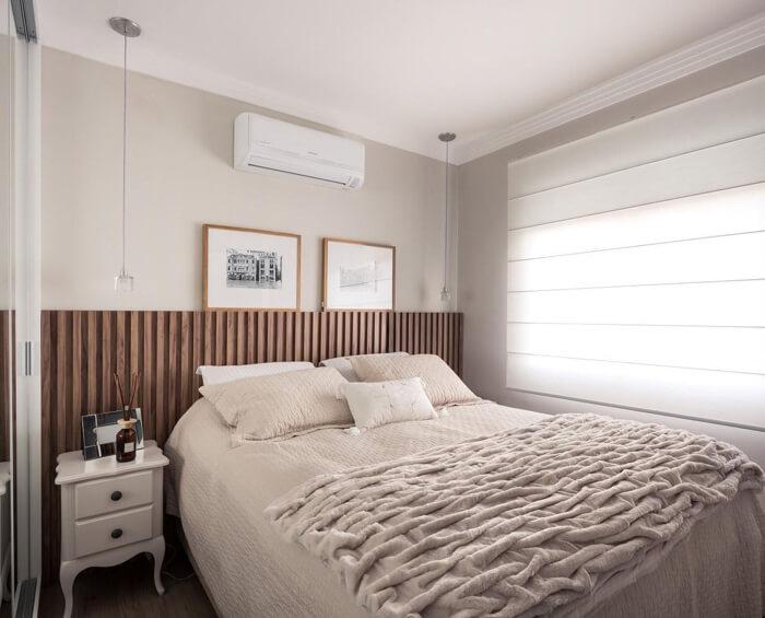 Cama box com roupa de cama clara e cabeceira de madeira