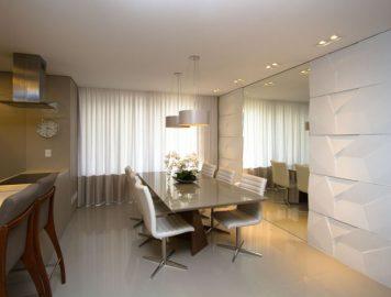imagem de uma sala de jantar com revestimento 3D branco na parede