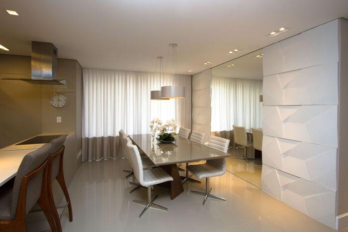 imagem de uma sala de jantar com revestimento branco 3D na parede