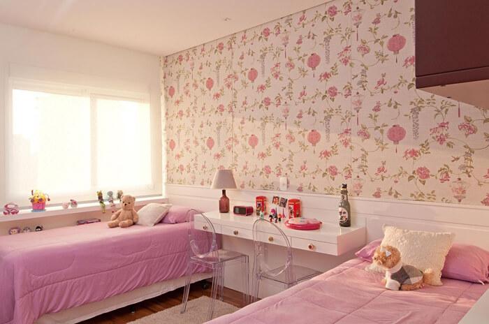 imagem de um quarto feminino com papel de parede de flores