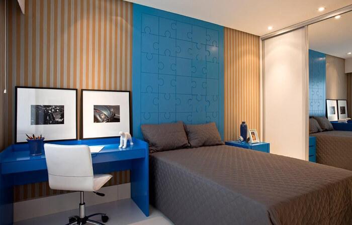imagem de um quarto masculino com revestimento de quebra-cabeça azul