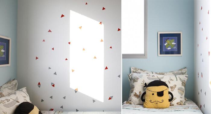 imagem de um quarto de criança com papel de parede decorativo