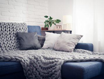 Imagem de um sofá aconchegante com almofadas