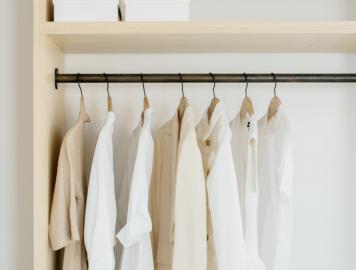 guarda roupa com as roupas organizadas no cabide