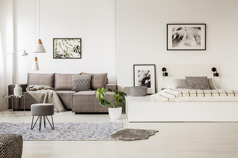 Sala com sofá e quadros nas paredes