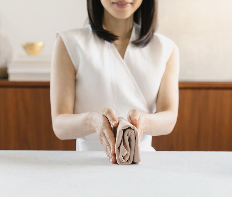 foto da marie kondo dobrando roupa